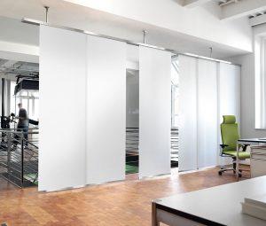 Ein Flächenvorhang als Raumteiler in einem großen Büro
