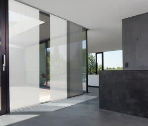 Ansicht einer offenen Küche mit einem Flächenvorhang