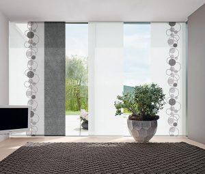 Eine Fensterfront mit einem Flächenvorhang