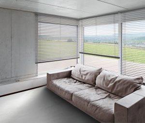 Eine Horizontal-Jalousie als Sonnenschutz in einem modernen Wohnzimmer