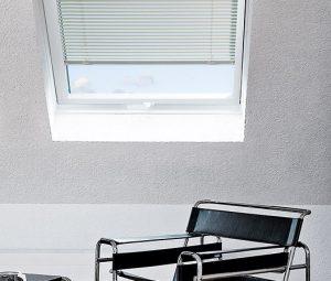 Dachfenster mit einer Horizontal-Jalousie als Sonnenschutz