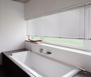 Jalousie als Sichtschutz im Badezimmer