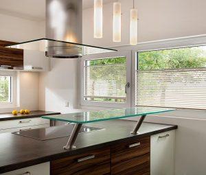 Moderne Küche mit Horizontal-Jalousie TwinLine
