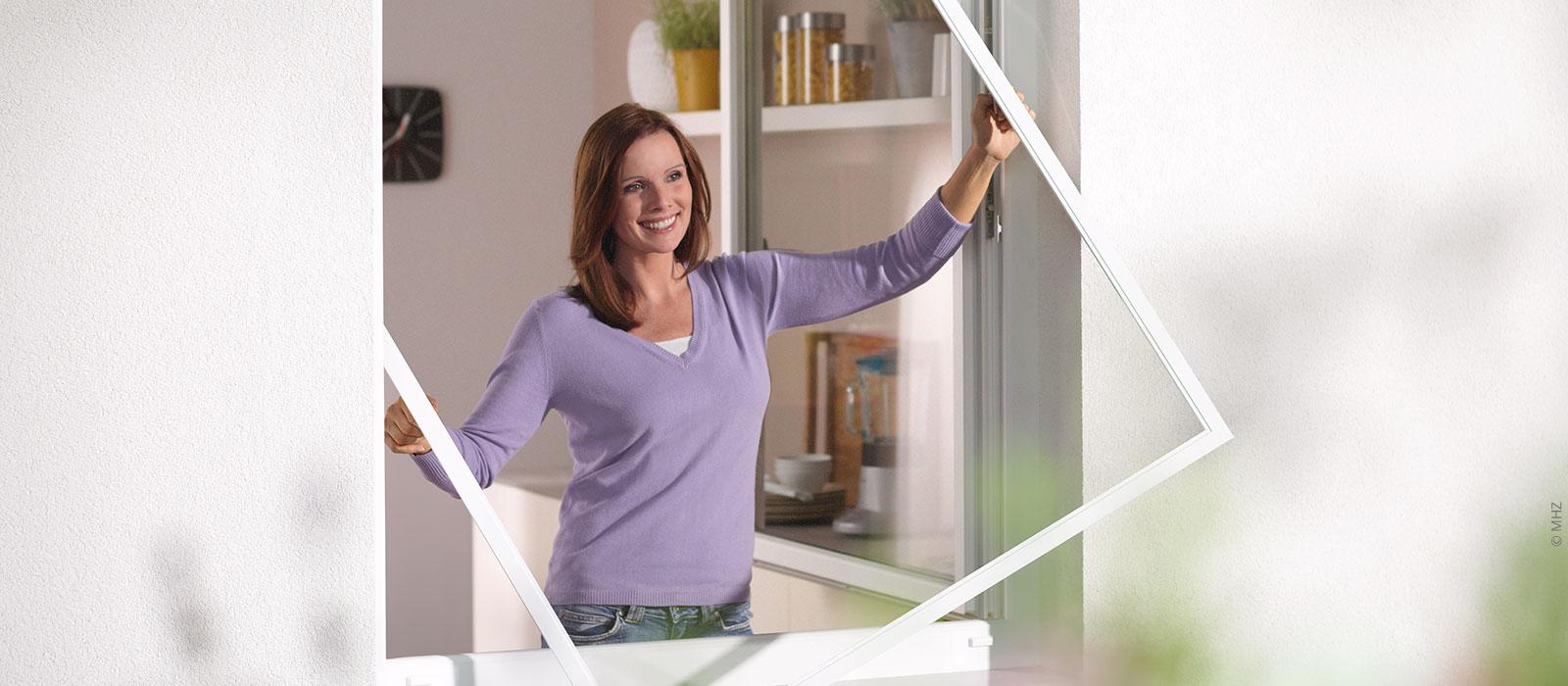 Einsatz eines Insektenschutz-Spannrahmen in ein Fenster