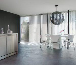 Ein Wohnraum mit Vertikal-Jalousien