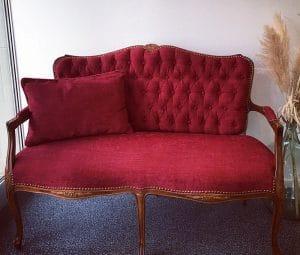 Rotes, antikes Sofa - neu gepolstert