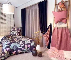 Floraler Bettbezug mit passenden Vorhängen und Gardinen